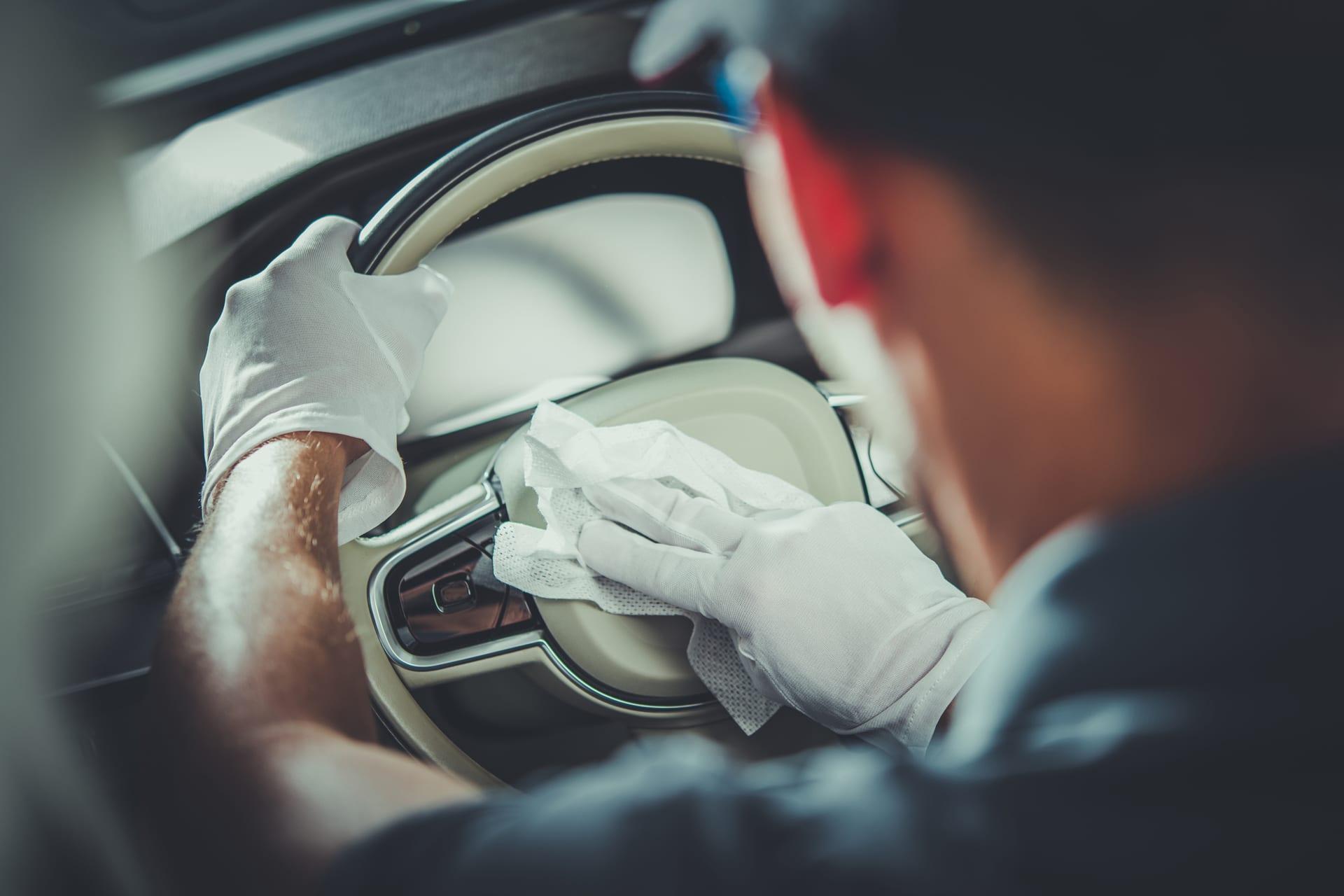 Nettoyage auto à la main